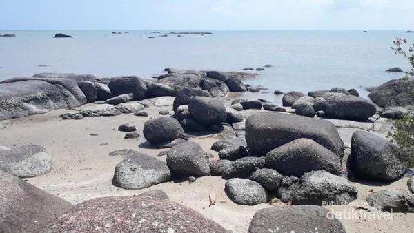 Nah, ini salah satu sisi cantik Pantai Teluk Gembira. Kebersihan pantai ini sudah terjaga, karena sudah ada resort dan juga restoran di dalamnya