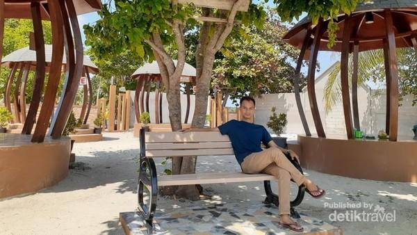 Yuk, santai di Pantai Teluk Gembira. Biaya masuk ke pantai ini Rp. 5.000/ orang jika tak salah ingat, biaya parkir mobil Rp. 10.000, dan motor Rp. 5.000