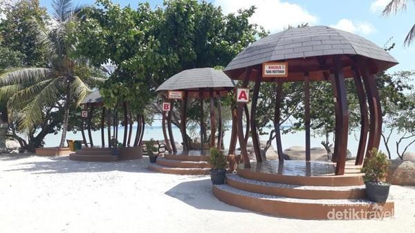 Beberapa cottage yang berdiri di tepi Pantai Teluk Gembira, menambah kecantikan pantai