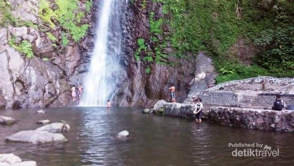Kolam dari curahan air yang biasa digunakan untuk mandi oleh pengunjung.