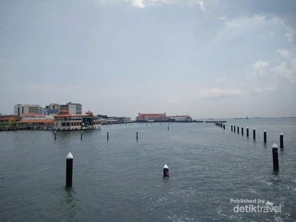 Birunya laut Penang.