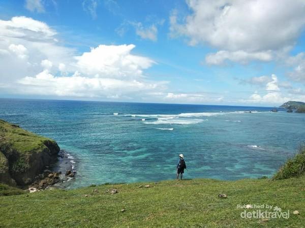 Lihat lautnya, jingga dan biru warnanya  (Yoga/dtravelers)