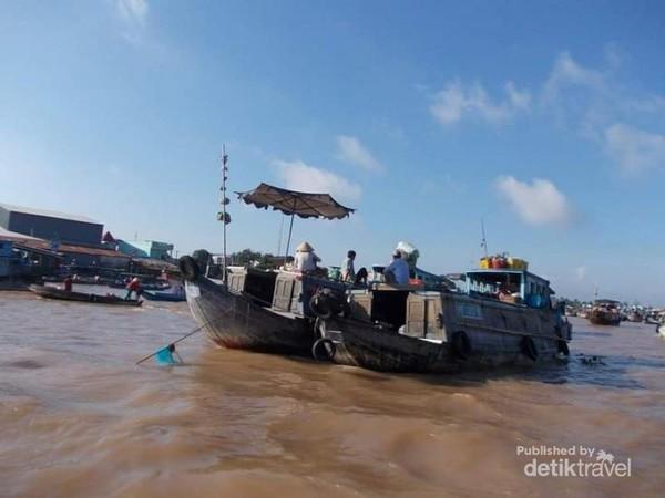 Perahu-perahu pedagang di pasar terapung Cai Rang