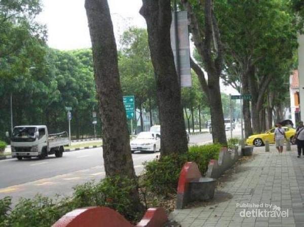 Bersihnya trotoar sepanjang Jalan Victoria