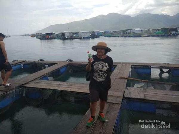 Berfoto di keramba-keramba ikan kampung nelayan Nha trang.