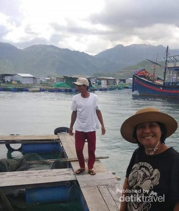 Salah satu nelayan di kampung ini yang melihat hasil tangkapannya.