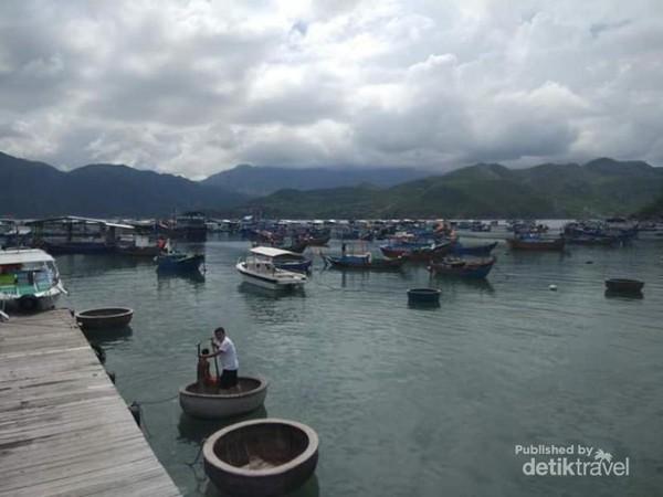 Perahu-perahu nelayan di kampung sepertinya bergabung dengan boat penumpang yang mengunjungi kampung ini.