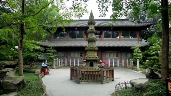 Awalnya kuil ini dibangun untuk tempat tinggal kaisar kerajaan Shu, Liu Bei di tahun 221