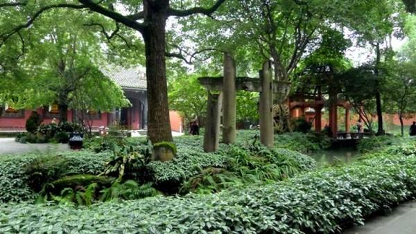 Kompleks ini memiliki taman dengan pepohonan yang rindang