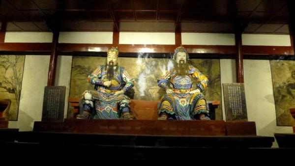 Terdapat patung-patung tokoh penting termasuk dua orang jenderal ini