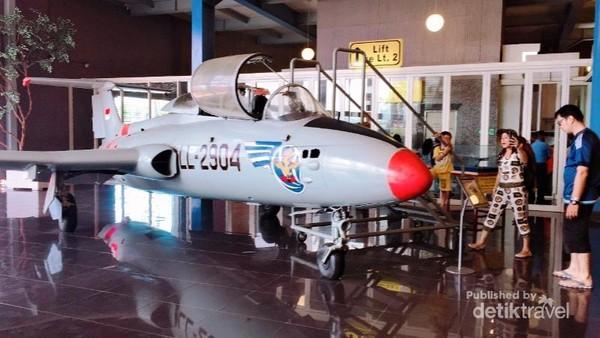 Replika Pesawat yang dipajang dan boleh dimasukin untuk melihat suasana di dalamnya.