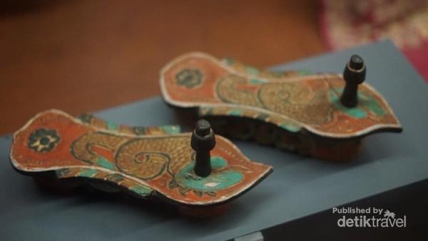 Salah satu model sandal klompen pada masa itu.
