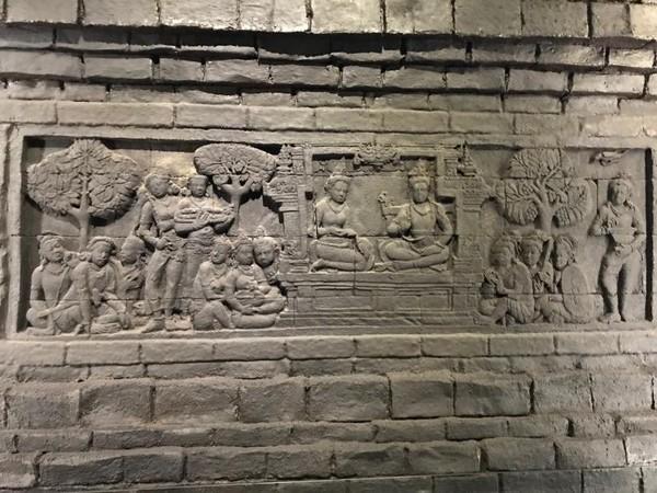 Replika Candi Borobudur yang ada di Indonesia, menggambarkan wilayah Nusantara nan luas.