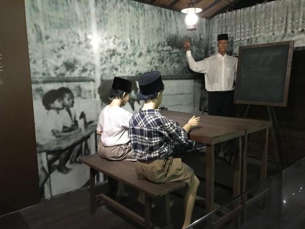 Diorama Suasana pembelajaran di kelas pada masa lalu.