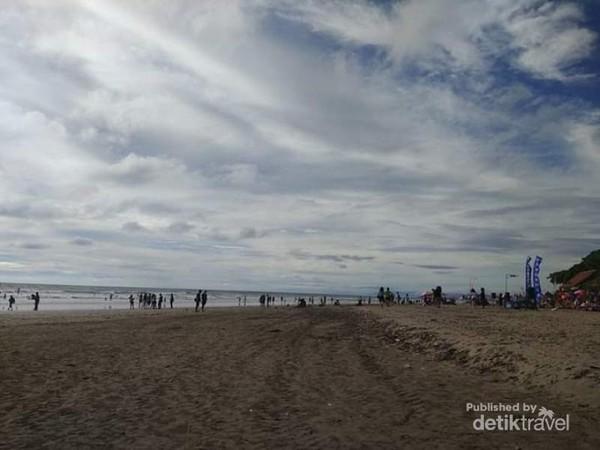 Indahnya langit di Pantai Legian dengan arakan awan putih.