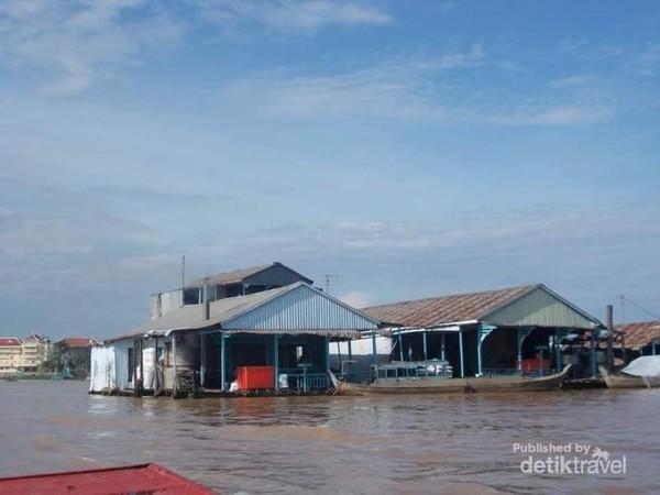 Rumah-rumah peternak ikan di sungai Bassac.