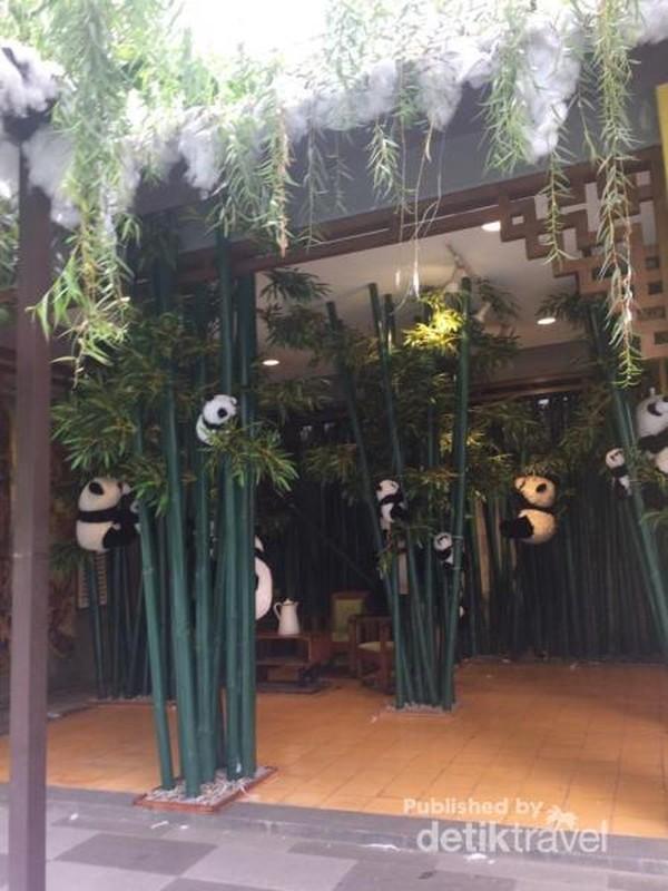 Nuansa China ditampakan dengan adanya ornamen daun bambu yang kental dengan ciri Khas China