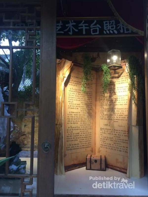 Pada saat pertama masuk, pengunjung akan disambut oleh buku raksasa ini