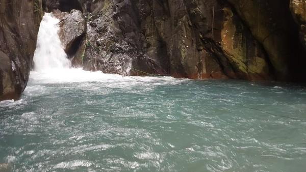 Curug Leuwi Hejo airnya jernih dan arusnya cukup deras. Harga tiketnya Rp 35 ribu.