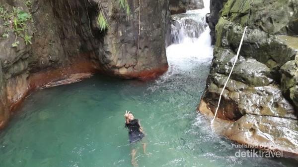Curug Leuwi Lieuk di daerah Sentul ini punya ciri khas kolam alami berwarna kehijauan. Harga tiketnya Rp 50 ribu.