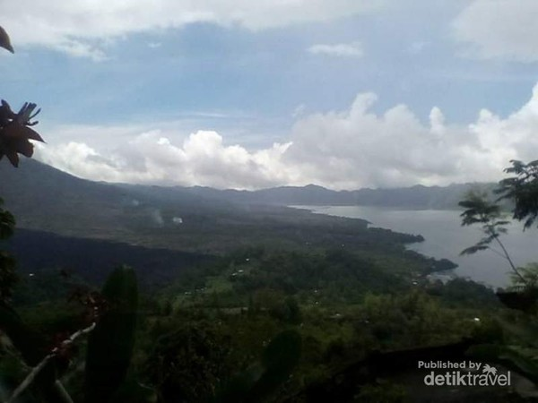 Arak-arakan awan putih yang menyelimuti Danau Batur jadi tampak indah.