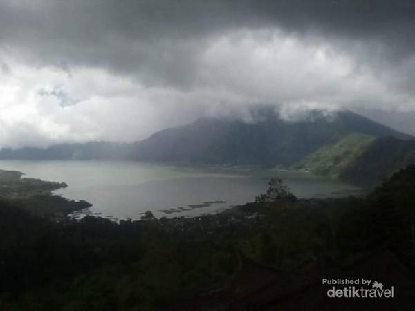 Mendung mulai menyelimuti bukit di tepi Danau Batur.