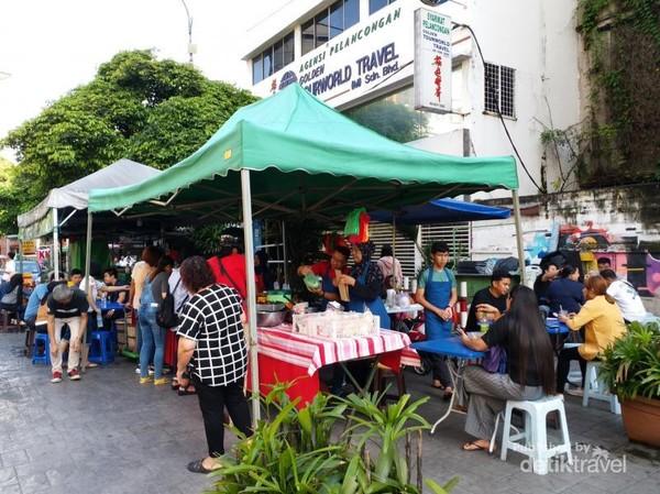Nasi Lemak Alor Corner buka setiap hari dari pukul 07.00-11.00 pagi kecuali hari Senin.