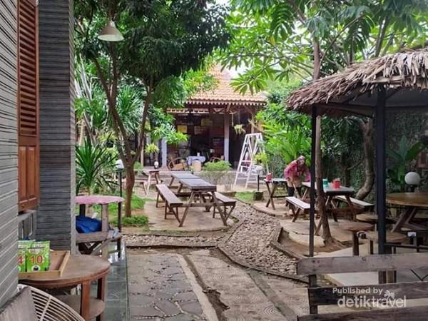 Kafe ini juga menyediakan gazebo-gazebo kecil di sekelilingnya.