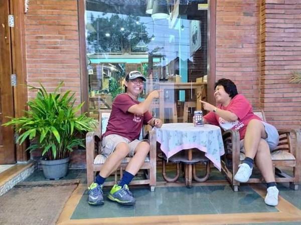 Narsis di depan kafe