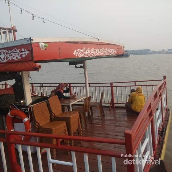 Sebuah kedai makan tempat bersantai di tepi sungai Kapuas.
