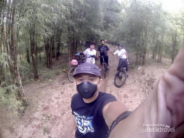 Swafoto di hutan bambu.