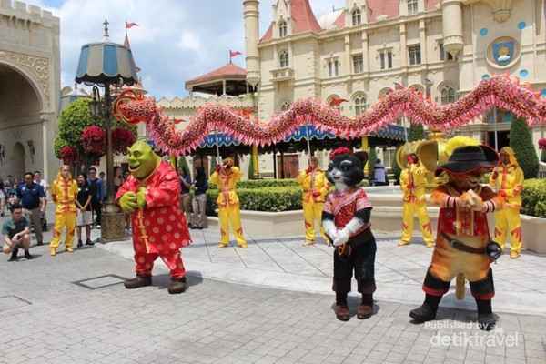 Penampilan tokoh kartun Shreek dan teman-temannya tengah menghibur pengunjung.