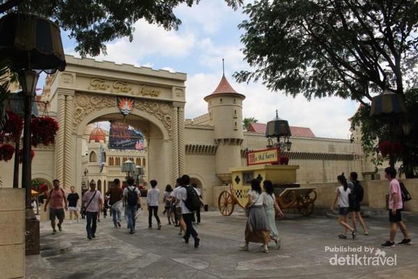 Memasuki zona far far away pengunjung dapat menikmati antara lain petualangan Shreek 4D dan roller coaster puss in boots