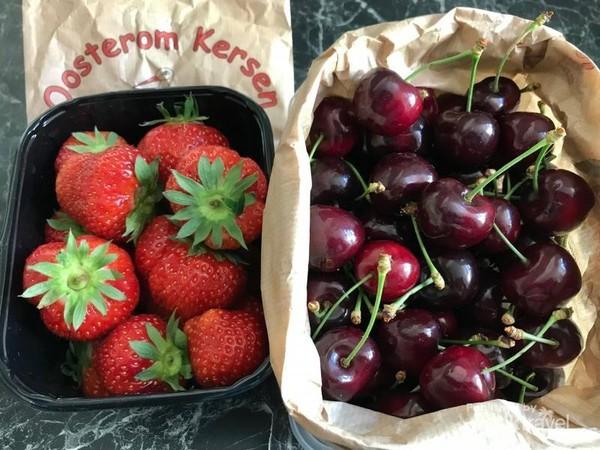 Buah kersen sekilo sekitar 120 ribu, sedangkan satu bak strawberry sekitar 75 ribu.