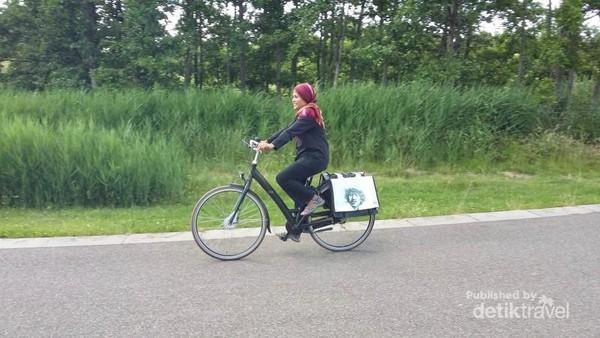 Bersepeda senantiasa menyenangkan menuju perkebunan