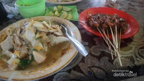 Soto Banjar biasa disantap bersama dengan sate ayam yang lembut dan nikmat.