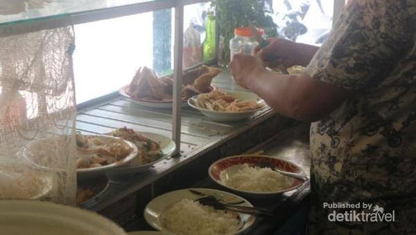 Yang membedakan dengan penjual lain, Soto Banjar Haji Asan, ayam yang sudah masak tidak diiris namun dipatahkan atau dikenal dalam bahasa lokal sebagai Bapukah.