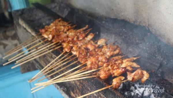 Sate ayam di sini tidak berbeda dengan sate ayam pada umumnya, namun tekstur dan bumbunya relatif lebih lembut.