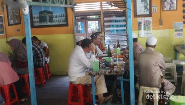 Kedai Soto Banjar Haji Asan selalu dipadati pengunjung saat jam makan siang.