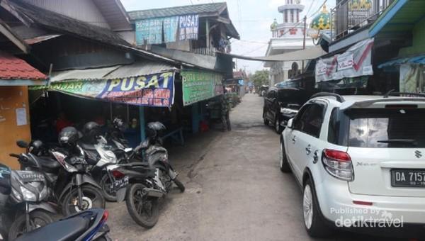 Kedai pertama Soto Banjar Haji Asan terletak di jalan yang sangat sempit, namun selalu ramai dengan pengunjung.
