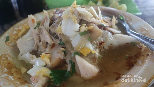 Soto Banjar disajikan dengan ketupat. Perpaduan antara potongan telur, suwiran ayam, soun, dan kuah yang gurih sungguh nikmat.