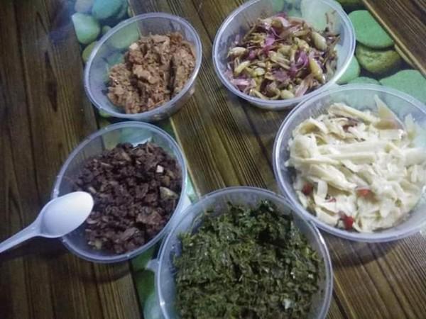 Hidangan khas Bidayuh sambal, kasam ikan, daun kunyit, dan daun singkong