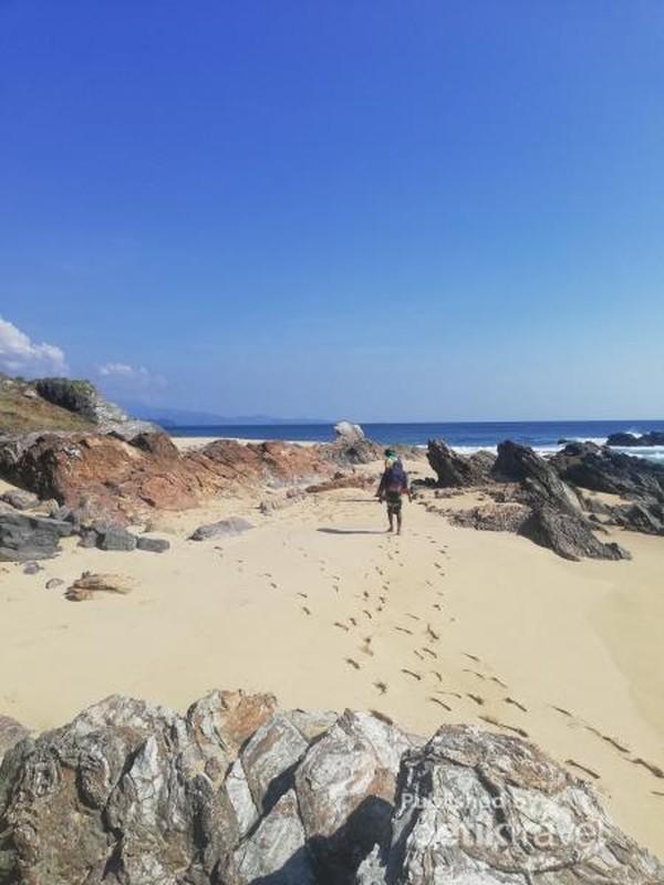 Tanyakan rute menuju ke pantai ini atau Anda bisa menyewa pemandu di kampung sekitar.