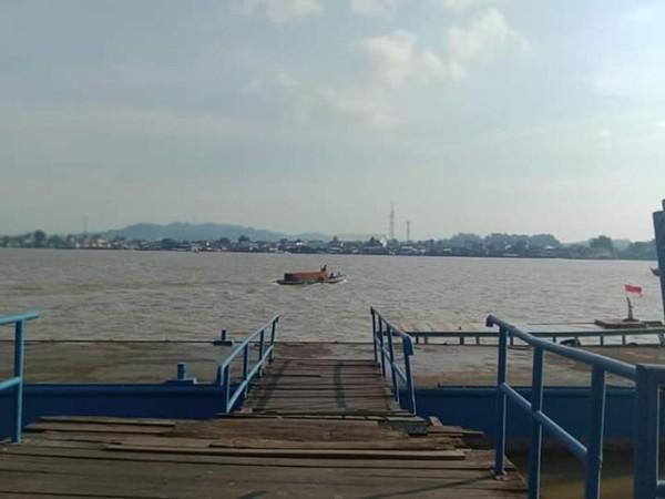 Perahu-perahu masih  terlihat menyusuri sungai di siang menjelang petang.