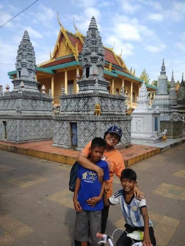 Berfoto bersama bocah-bocah yang bersepeda di sekitar kuil.