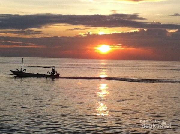 Tampak aktifitas nelayan yang melintasi jingganya matahari di pantai Sanur Bali - Indonesia (@ekkypratama/detikTravel)