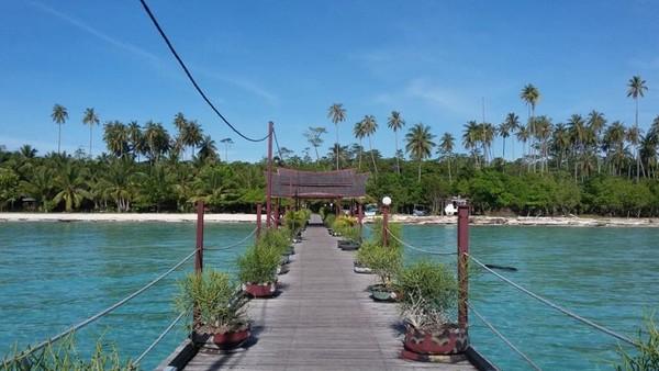 Merupakan salah satu pulau terluar Indonesia yang berada di Laut Sulawesi