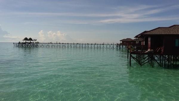 Pantai cantik dan air yang sangat jernih menjadi daya tarik Maratua