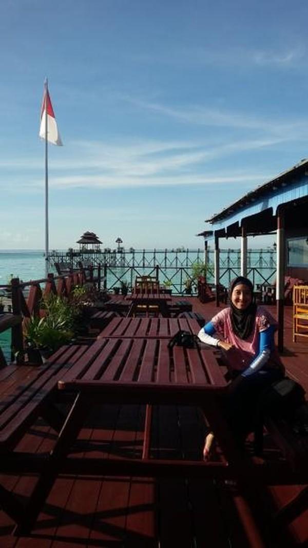 Bersantai dan menikmati suasana pantai di Maratua Paradise Resort, salah satu resort terbesar di sana