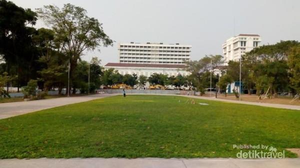 Di ruang terbuka ini juga terdapat lapangan bola dengan rumput yang hijau
